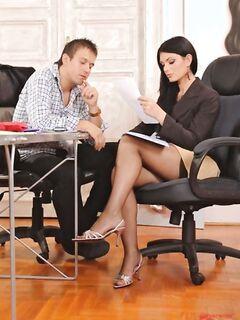 Элитные проститутки достойно дрочили ножками в групповухе