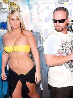 Блондинка с большими сиськами любит экзотический секс.
