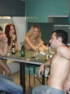 Трое пьяненьких шкур сосали члены придя на порно вечеринку
