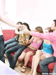 Парни трахают и снимают на камеру секс вечеринку с тремя пьяными русскими девушками