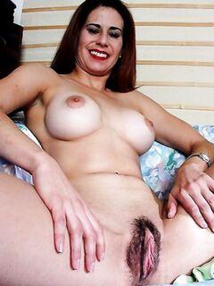 Зрелая мамка широко раздвигает ноги и подставляет свою волосатую киску для секса