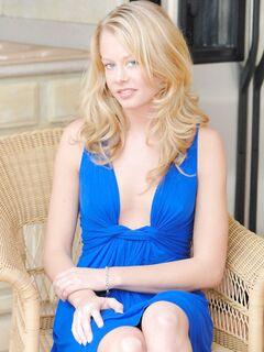 Молоденькая блондинка в синем платье в первый раз делает минет