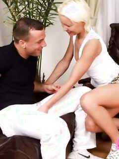Красивая блондинка с удовольствием трахается в анал и глотает сперму любовника после секса