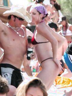 Молоденькие девушки в сексуальных бикини отдыхают на пляже