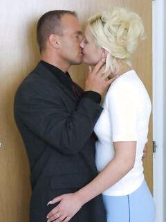 Зрелые лесбиянки массируют друг другу киски тайком от мужей в спальне