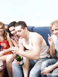 Русская секс вечеринка с танцами минетом и групповым анальным сексом