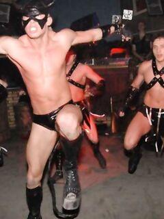 На порно вечеринке с молодой чертовки толпой слизывали сливки