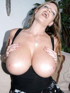 Зрелая сучка с большими сиськами обожает мастурбировать пизду