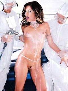 Два санитара обеспечили грязной похотливой сучке оргазм во время двойного проникновения