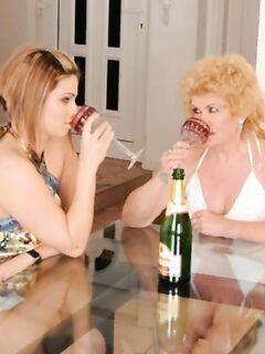 Дочка трахает зрелую маму страпоном на столе