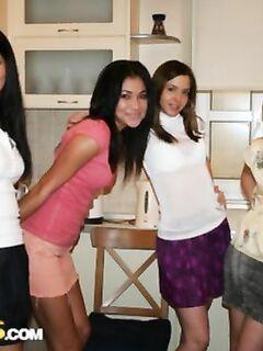 Молоденькие сучки на порно вечеринке измазались в сливках и отдались друзьям во все дырки