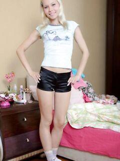 Молоденькая блондинка с красиывми сиськами и длинными ножками пригласила парня для анального секса пока родителей нет дома