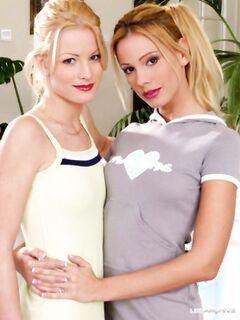 Две сладкие лесбиянки блондинки кусают друг-другу сиськи