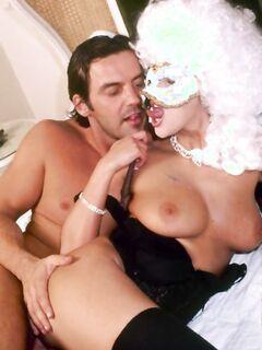 Анальный секс с сисястой шлюхой в маске и большим париком