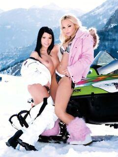 В горах и среди снега две голые красотки согреваются во время группового секса