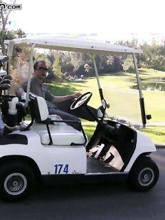Тренер по гольфу трахает зрелую дамочку с большими сиськами