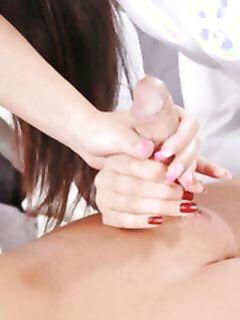 Две сексуальные массажистки устроили клиенту групповой минет