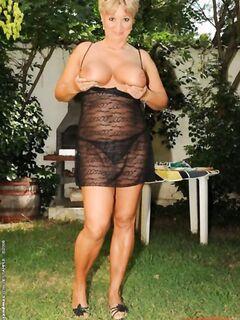 Лысый качек трахнул пышную бабулю во дворе домика