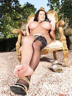 Зрелая проститутка гордится своими большими дойками и длинными ножками