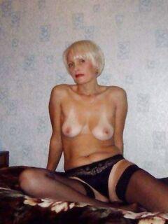 Зрелая домохозяйка с пухлыми сиськами раздвинула ножки