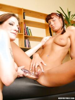 Зрелая мама в чулках на порно фото инцеста трахает пизду родной загорелой дочери с маленькими сиськами длинным стеклянным дилдо