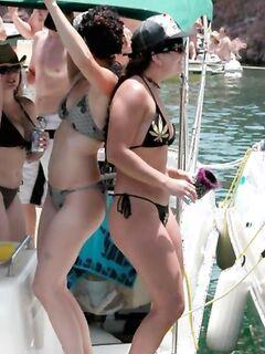 Девчонки в бикини могут лапать и себя на виду у всех на пляжной порно вечеринке
