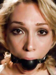 Блондинка любит боль и БДСМ секс