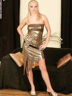 Пикантная блондинка трахнула свою писю секс игрушками