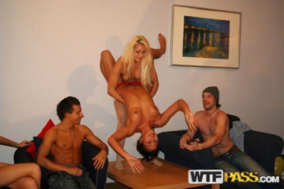 На порно вечеринке сучки предпочли БДСМ групповуху