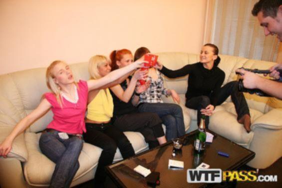 Домашняя пьяная порно вечеринка удалась на славу когда девочки предложили разгульную анально-вагинальную групповуху без разбора партнеров