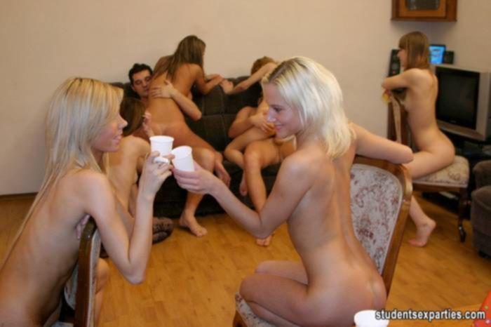 Две студентки с вечеринке изрядно трахнулись на групповухе