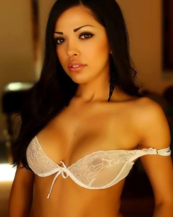 Сексуальная брюнетка в белом кружевном нижнем белье