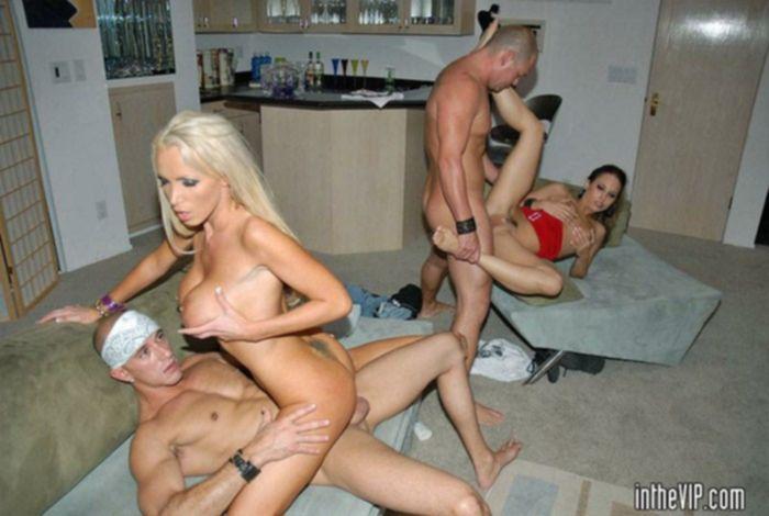 Уединились на порно вечеринке