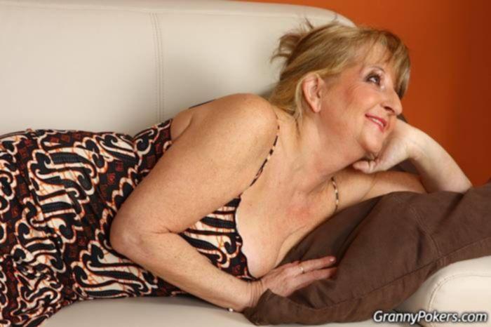 Молодой парень мастурбирует старухе волосатую пизду и трахает ее на диване в позе раком