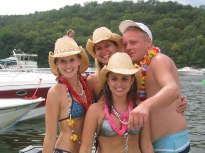 Красивые девчонки в вульгарном бикини развлекаются на воде