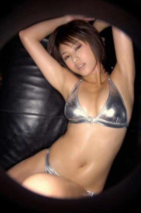 Азиатка в эротическом масле любит растягивать трусики