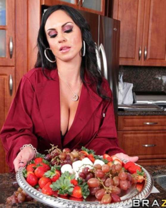 Сексуальная домохозяйка накормила и натрахала своего молодого любовника на кухне