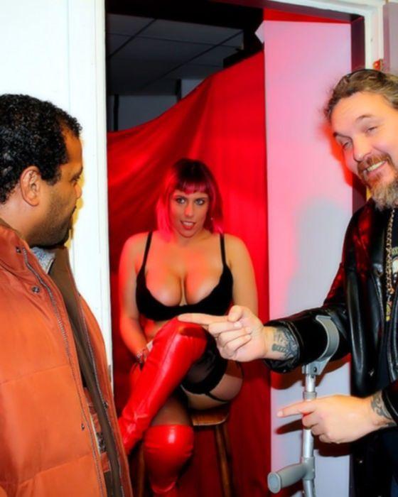 Парни покупают проституток