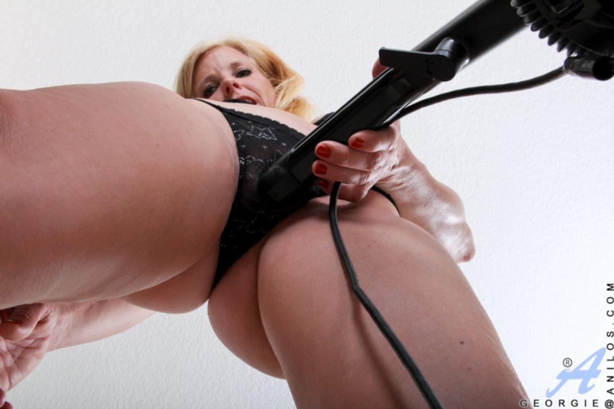 Зрелая блондинка мастурбирует пылесосом