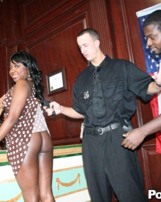Трахает черную задницу молодой негритянки