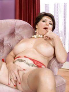 Зрелая леди в чулках и нижнем белье, трахает себя резиновым изделием