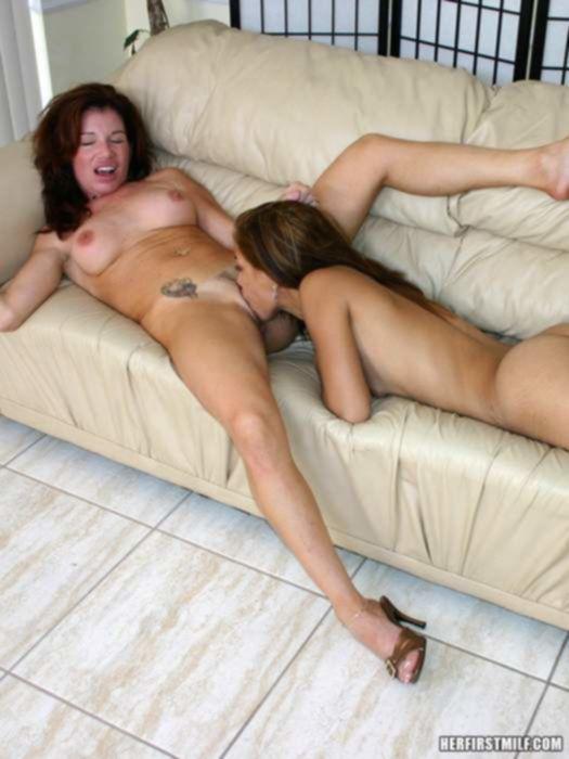 Инцест фото мамы и дочери латинос которые балуются большим членом на диване трахая друг другу мокрые от похоти вагины на диванчике