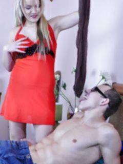 Мачеха домохозяйка в колготках соблазняет на секс сына своего мужа