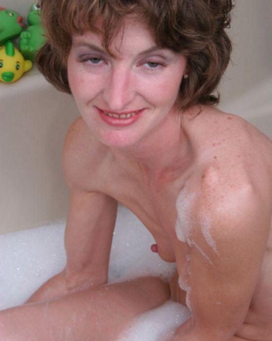 Тощая зрелая сучка забавляется в ванной с самотыком и утками