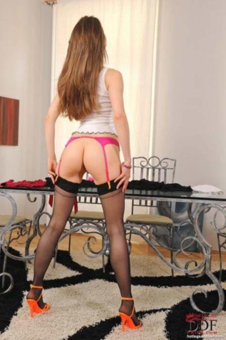 Молодая проститутка в темных чулках обожает фут фетиш