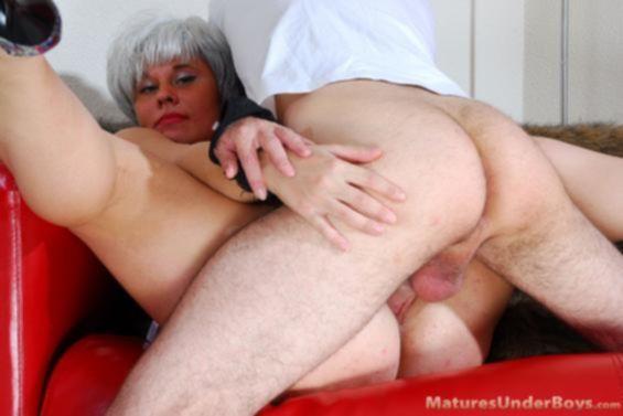 Пухлая седая мамочка с удовольствием отсосала у сына и отдалась ему во время инцеста