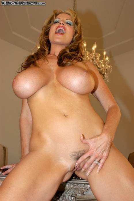 Зрелая порно звезда играет со своими большими сиськами и дрочит волосатую вагину лежа на столе...