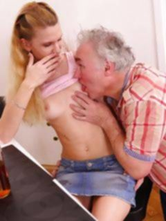 Папа трахает молоденькую дочь вместе с ее мужем