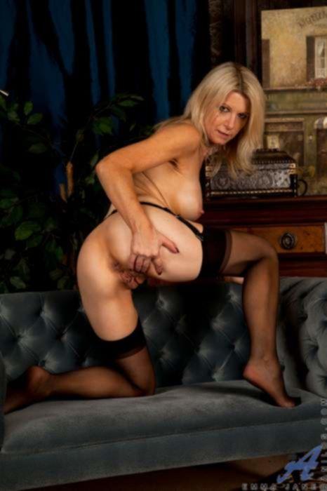 Сексуальная зрелая мамка в чёрных чулках и с упругими сиськами обожает секс