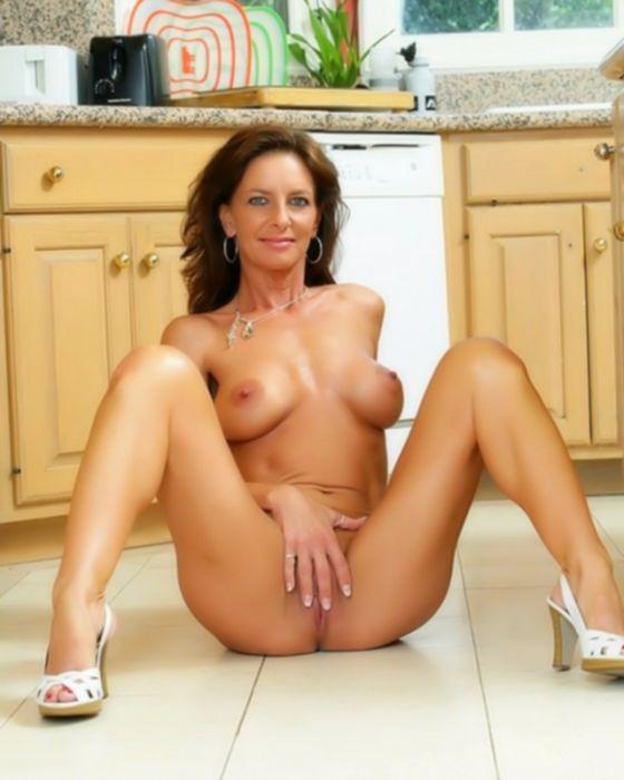 Зрелая домохозяйка мастурбирует на кухне.